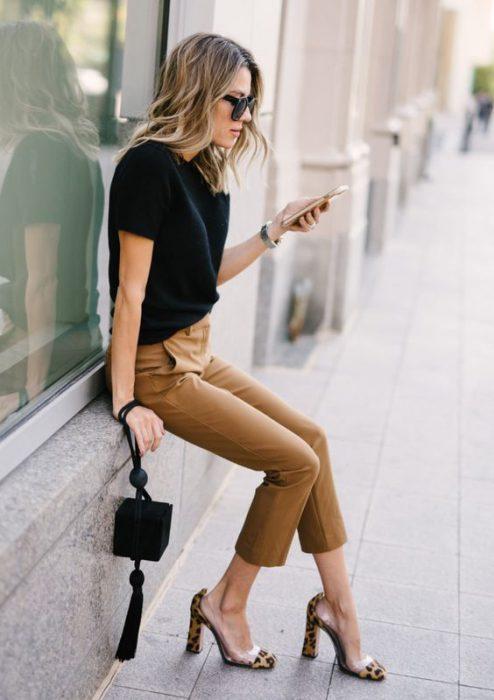zapatos animal print leopardo con pantalon beige