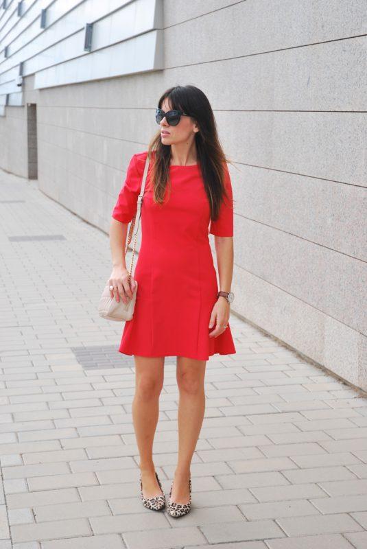 zapatos animal print leopardo con vestido rojo