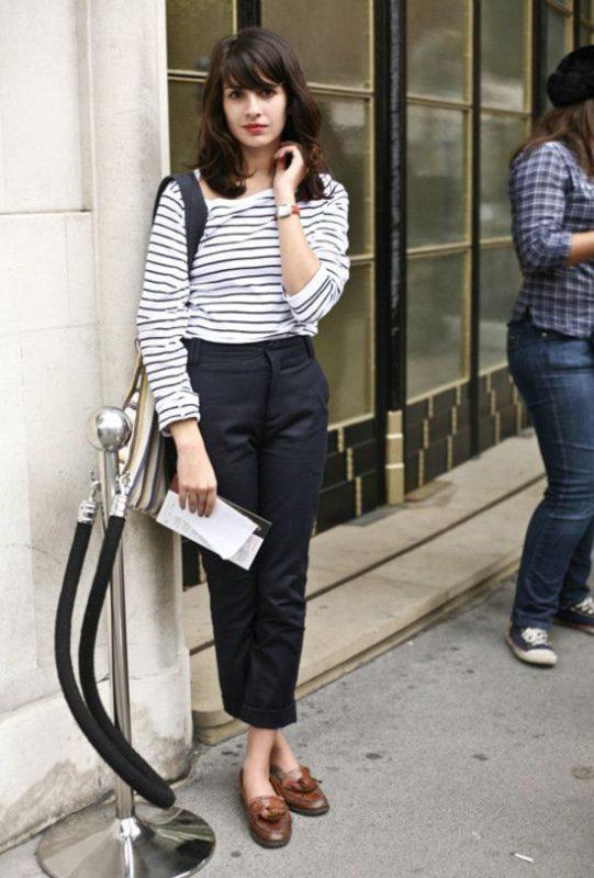 zapatos marrones para mujer con outfit azul