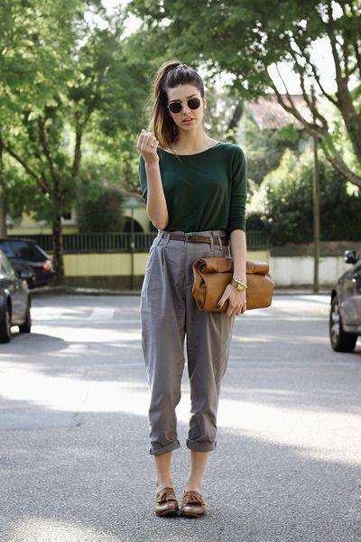 zapatos marrones para mujer con pantalon gris