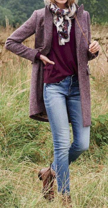 zapatos marrones para mujer con prendas borgona o vino