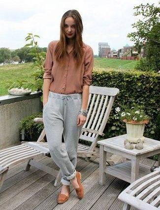 zapatos marrones para mujer con prendas en tonos neutros