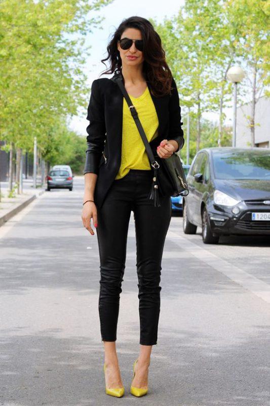 Jeans negros con zapatos mostaza amarillos