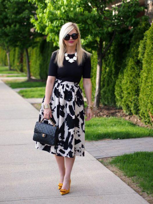 falda en blanco y negro con zapatos mostaza amarillos