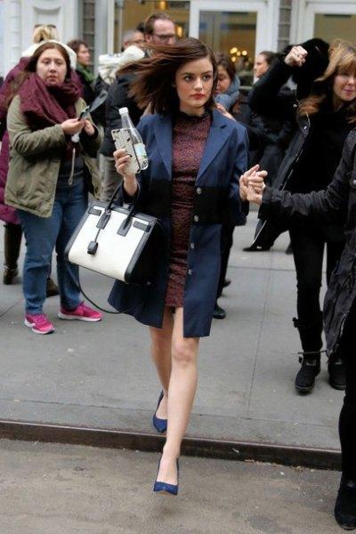 look de invierno con zapatos azul oscuro