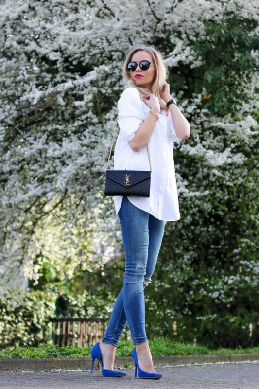 look de mujer con zapatos azules real o electrico