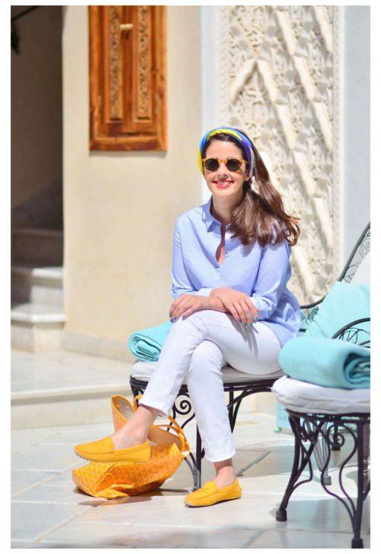 look de verano con zapatos mostaza amarillos