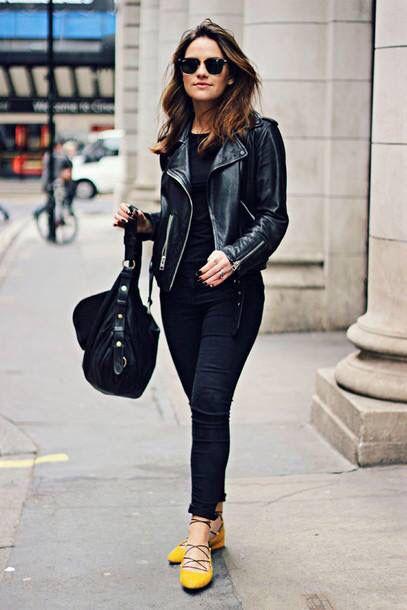 look negro casual e informal con zapatos mostaza amarillos