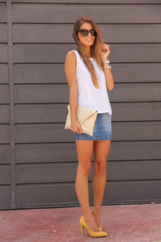 minifalda jeans con zapatos mostaza amarillos