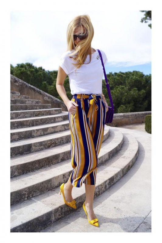 pantalon a rayas con zapatos mostaza amarillos