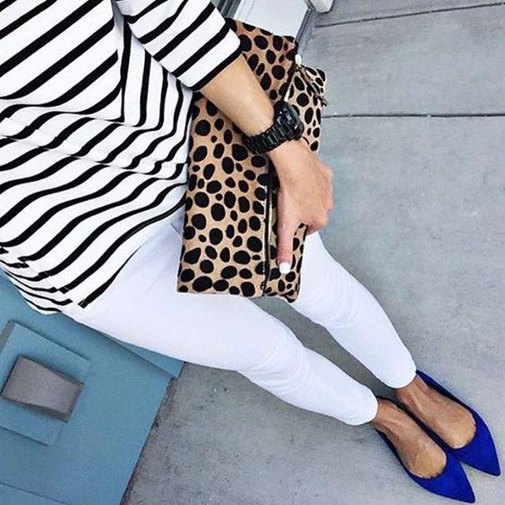 pantalon blanco con zapatos azules real o electrico