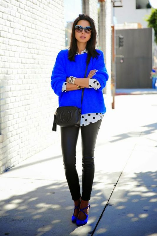 pantalon negro y zapatos azules real o electrico