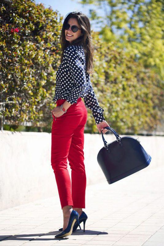 pantalon rojo con zapatos azul oscuro