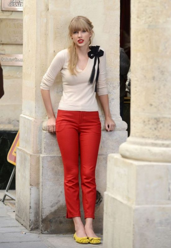 pantalon rojo con zapatos mostaza amarillos