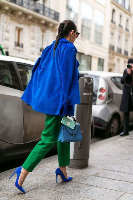 pantalon verde con zapatos azules real o electrico