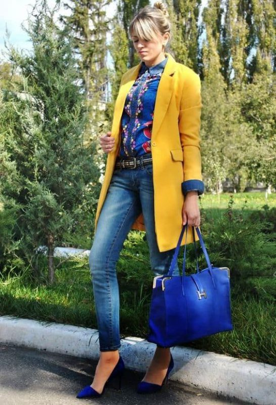 tapado amarillo y zapatos azules real o electrico
