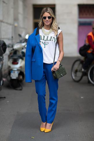 traje azul con con zapatos amarillos