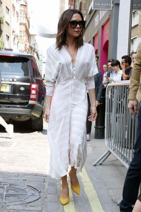 vestido blanco casual con zapatos mostaza amarillos