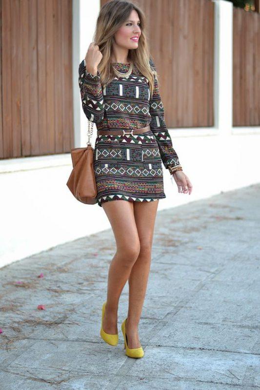 vestido corto estampado con zapatos mostaza amarillos
