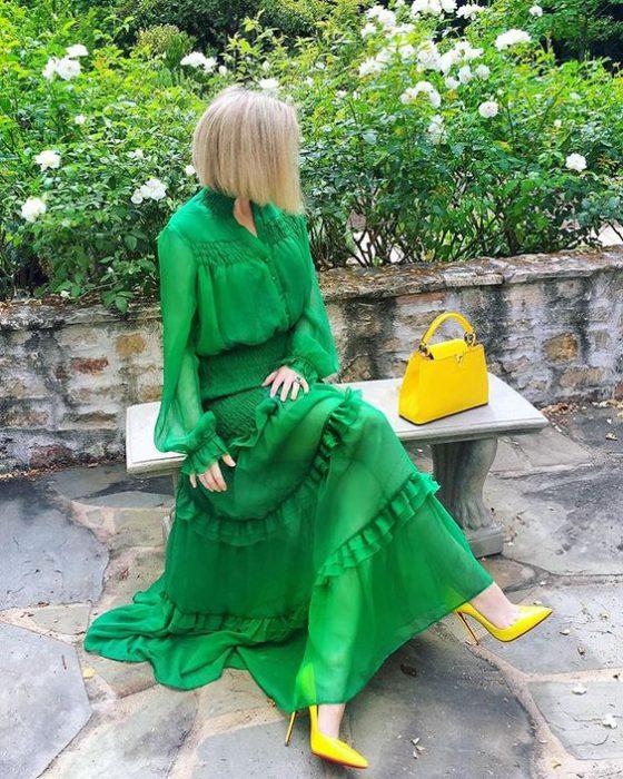 vestido verde esmeralda con zapatos amarillos