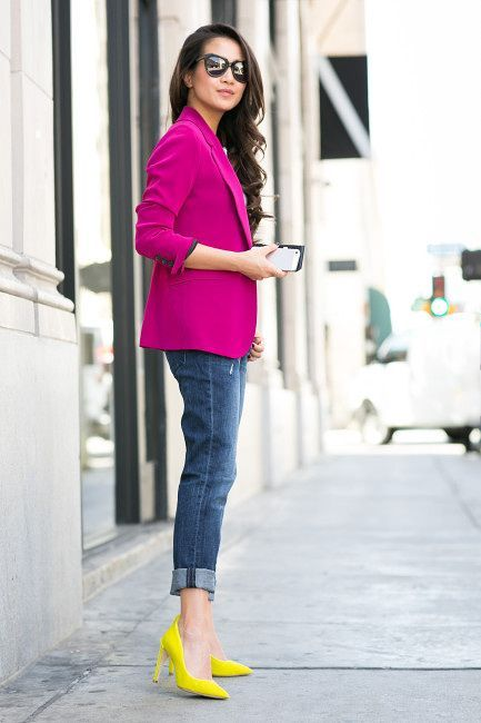 zapatos mostaza con blazer purpura