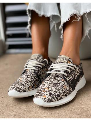 Zapatillas blanca y negra Rocas Calzados invierno 2021