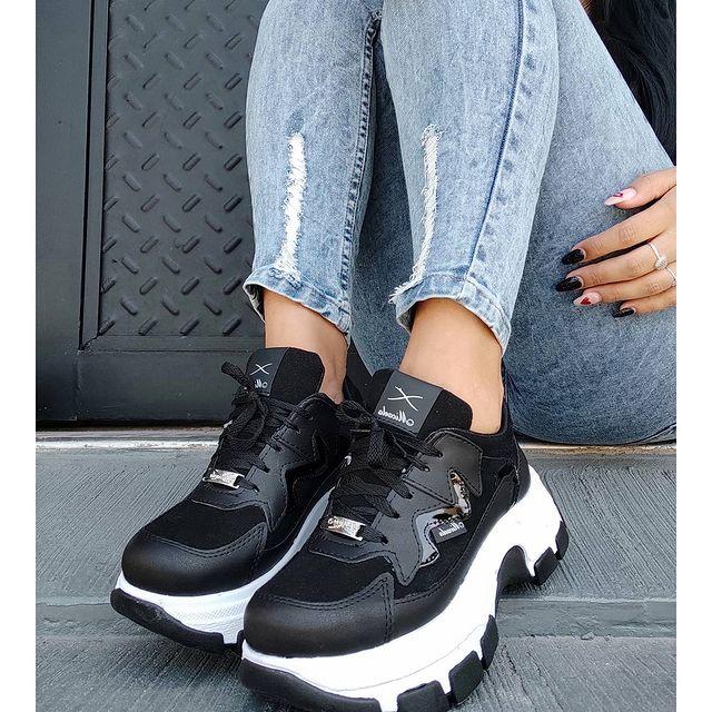 zapatillas negras con base alta invierno 2021 Calzados Micaela