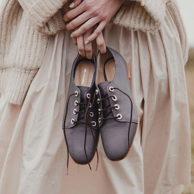 Zapatos abotinados grises invierno 2021 De Maria