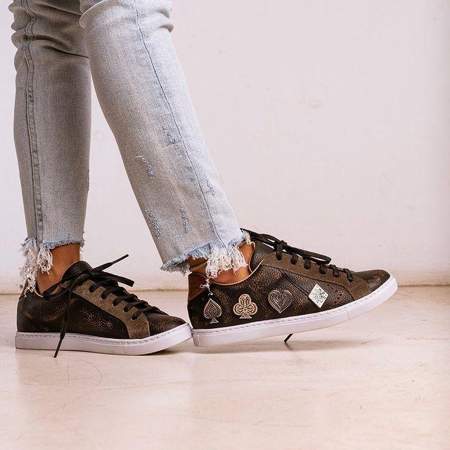zapatillas con apliques de cuero invierno 2021 Clara Barcelo