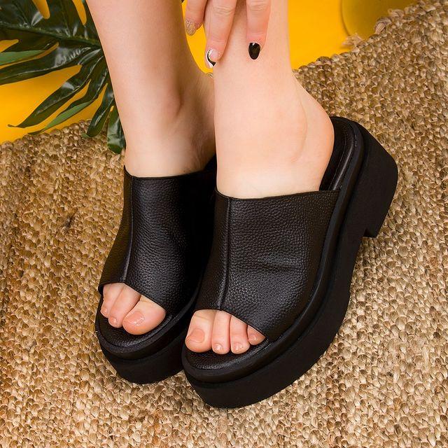 Sandalias negras urbanas e informales verano 2022 FIORI calzature