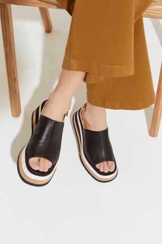 sandalias negras tira ancha verano 2022 Calzados Traza