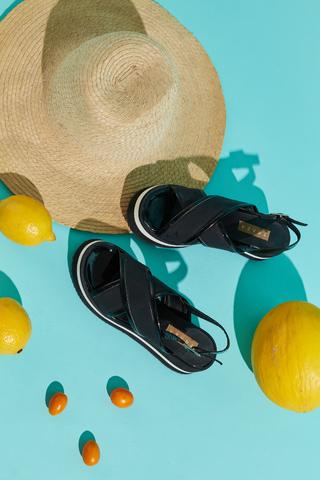 sandalias negras tiras cruzadas verano 2022 Calzados Traza