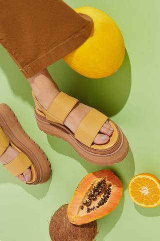 sandalias planas amarillas base alta verano 2022 Calzados Traza