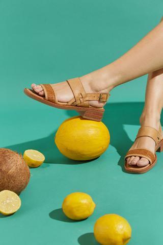 sandalias planas marrones verano 2022 Calzados Traza