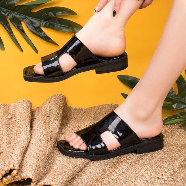 sandalias planas negras de charol verano 2022 FIORI calzature
