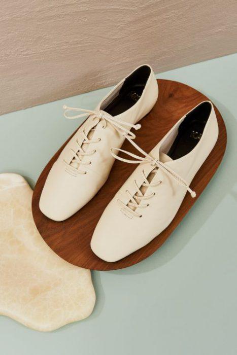 zapatos abotinados blancos para mujer verano 2022 Mishka