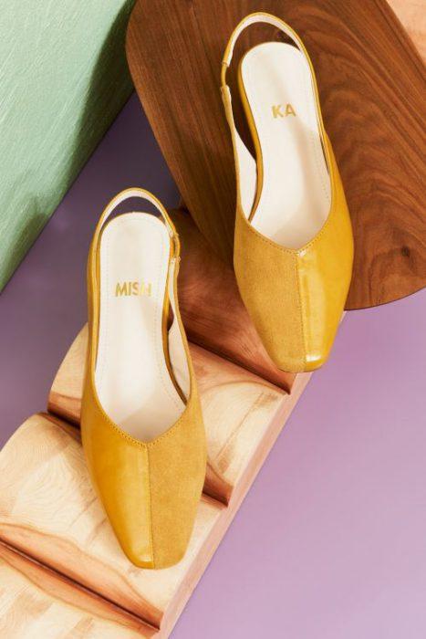 zapatos planos mostaza para mujer verano 2022 Mishka