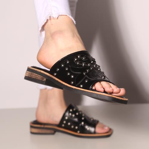 Sandalias planas negras con tachas verano 2022 Fragola calzados