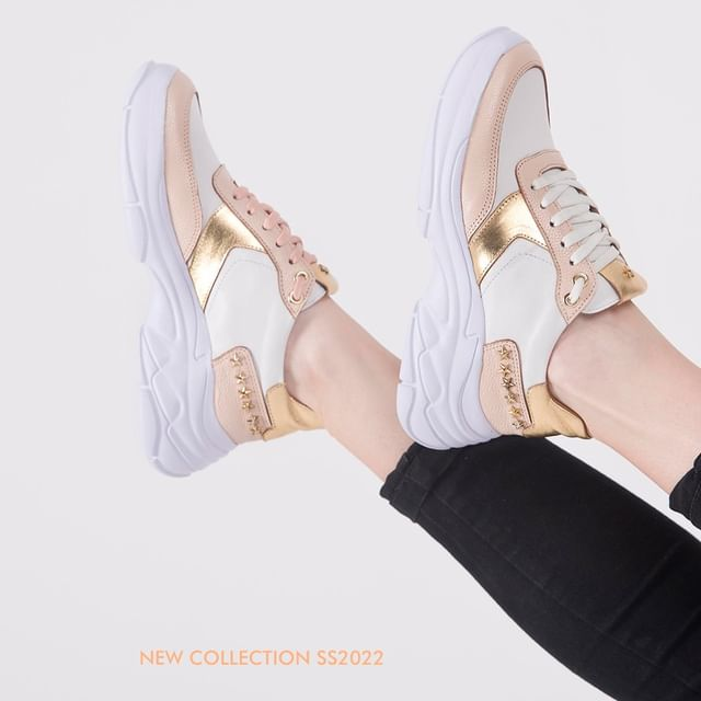 Zapatillas blancas y doradas verano 2022 laura constanza