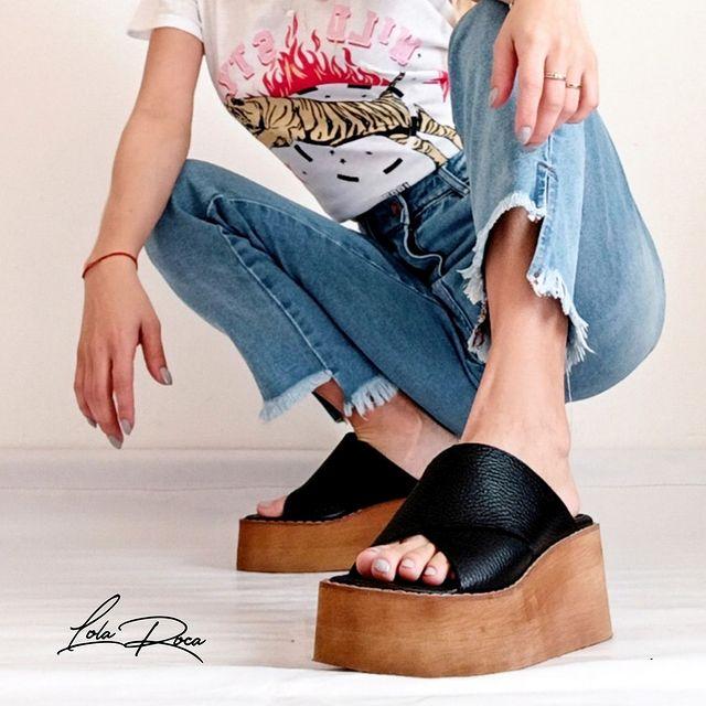 sandalias base alta simil madera verano 2022 Lola roca