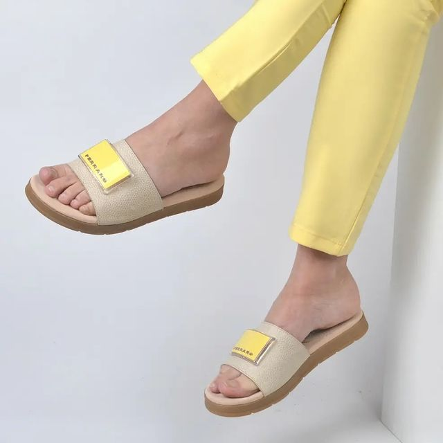 sandalias beige y amarillas verano 2022 Ferraro