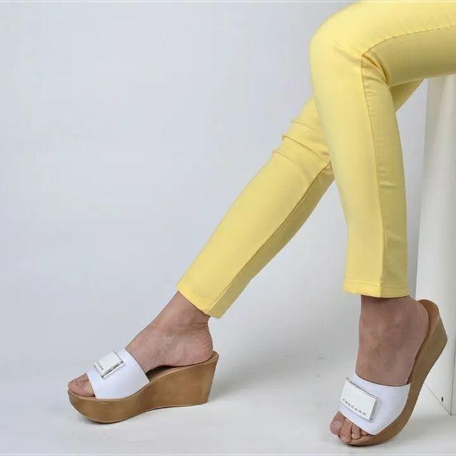 sandalias blancas con taco simil madera verano 2022 Ferraro