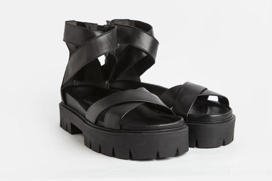 sandalias negras verano 2022 Ferroni