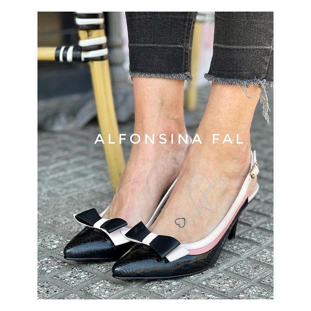 zapatos negros stilettos con mono verano 2022 Alfonsina Fal